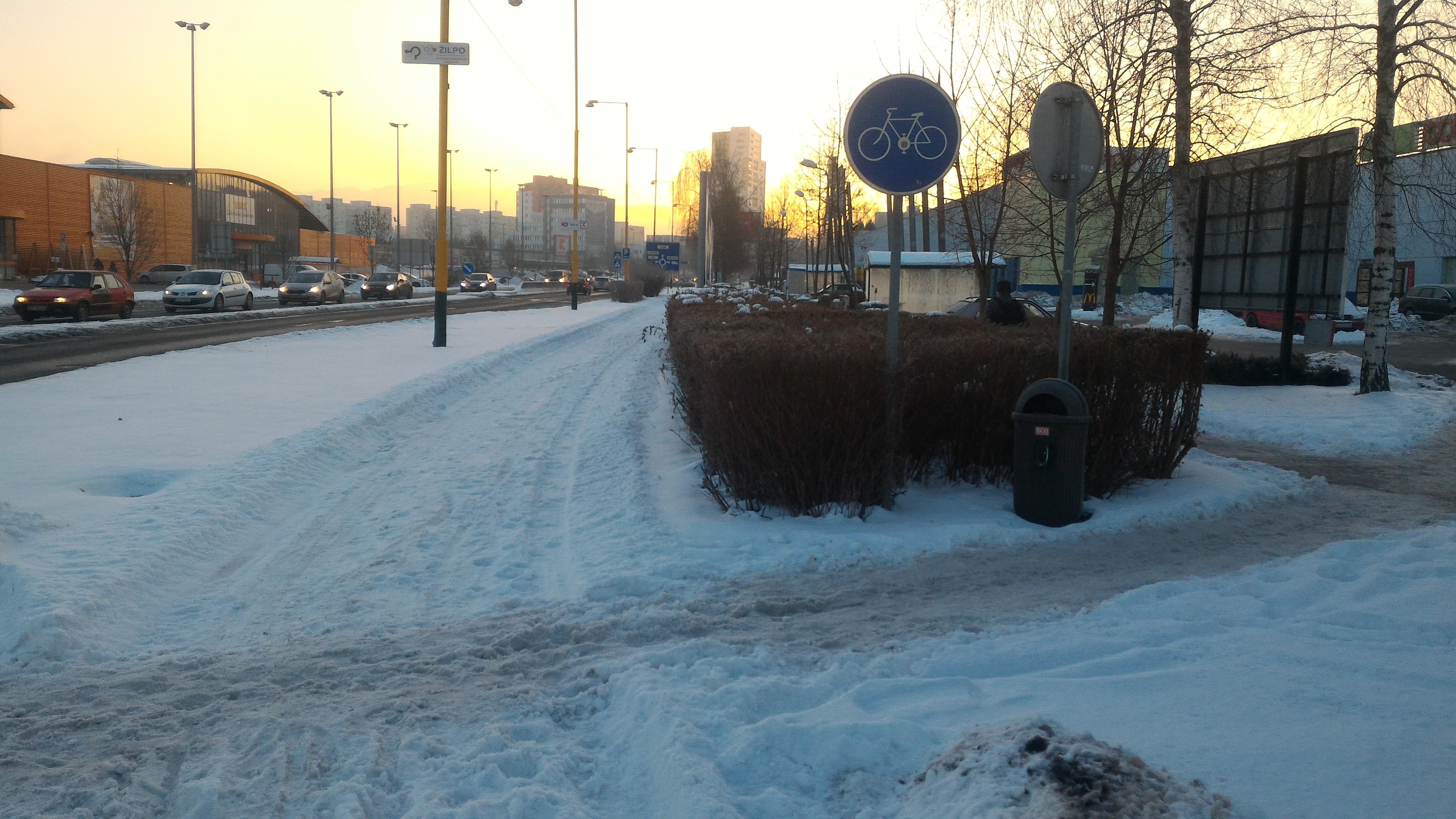 Cyklocestička na ulici Vysokoškolákov odhrnutá od snehu – asi po prvý krát